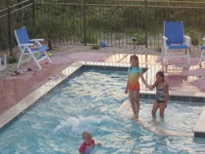 """The """"pool lovers"""" Natalie, Sophia & Maggie"""